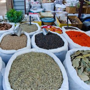 Usar los condimentos, hierbas y especias para algo más que añadir sabor
