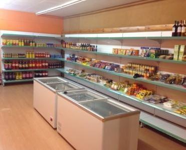 Estanterías para Tiendas.Estantería de supermercado con fondos lisos y portaprecios en colores varios.