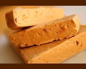 Turrón de jijona. Su base son almendras variedad Marcona (70%), miel de romero (18%)