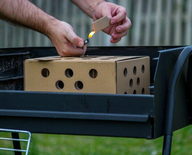 Carbón de autoencendido. Enciende las pestañas, introdúcelas dentro de la caja. Espera 35 minutos y listo.