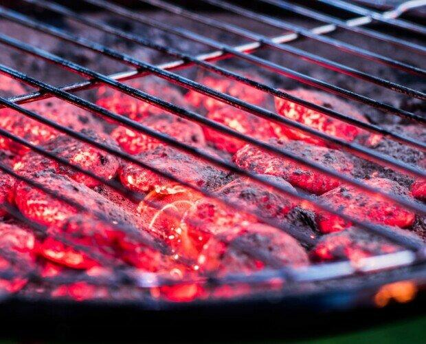 Carbón de autoencendido. Brasas de briquetas del carbón de autoencendido listas para ser cocinadas.