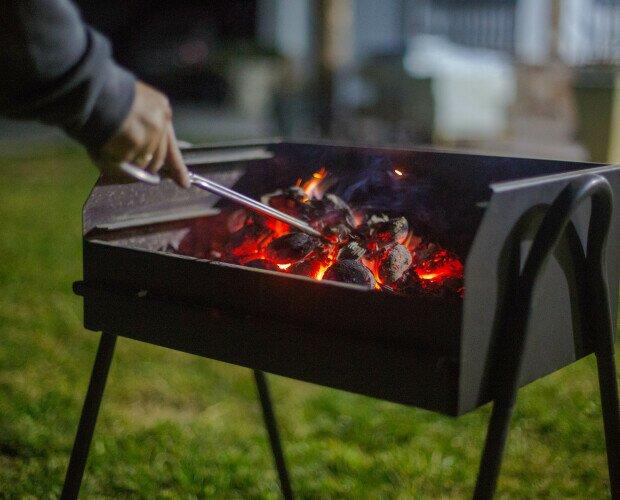 Carbón de autoencendido. Después de esperar 35 minutos, esparcir las brasas por la barbacoa y cocina.