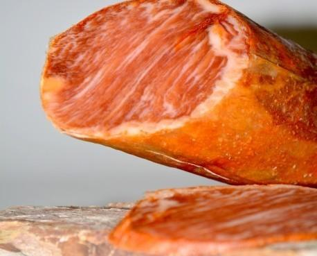 Lomo de bellota Ibérico. Fabricado con una selección de las mejores cintas de lomo de cerdos de bellota ibéricos