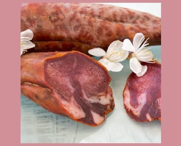 Lengua embuchada. Pieza procedente de cerdos ibéricos, adobada y embuchada