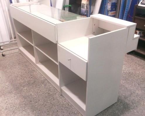 Equipamiento para Tiendas y Supermercados. Muebles Caja. Medidas 2,00 mts longitud. 95x50 cms. vitrina con cajón de guías telescópicas. cajón extraible, color blanco opalo.