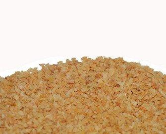 Ajo seco picado. Tiene una textura más gruesa que el ajo granulado o en polvo