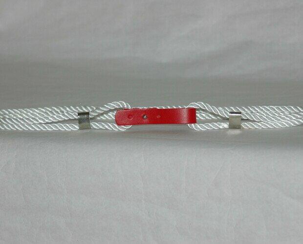 Cinturón MManual. Cinturón de cordón con hebilla de polipiel y cierre de chupete.