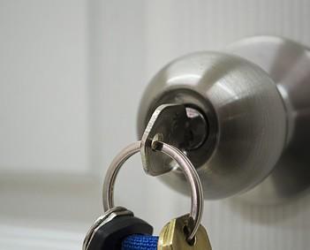 Cerrajeros.Cerrajería en general. Apertura de puertas. Reparaciones puntuales de viviendas y locales (desprotegidas frente a terceros). Desbloqueo de puertas, cerraduras, etc… Instalación de puertas blindadas y