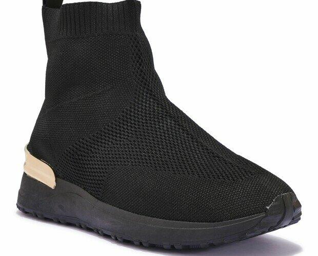 Zapatillas deportivas altas. Zapatillas deportivas altas en negro y dorado.