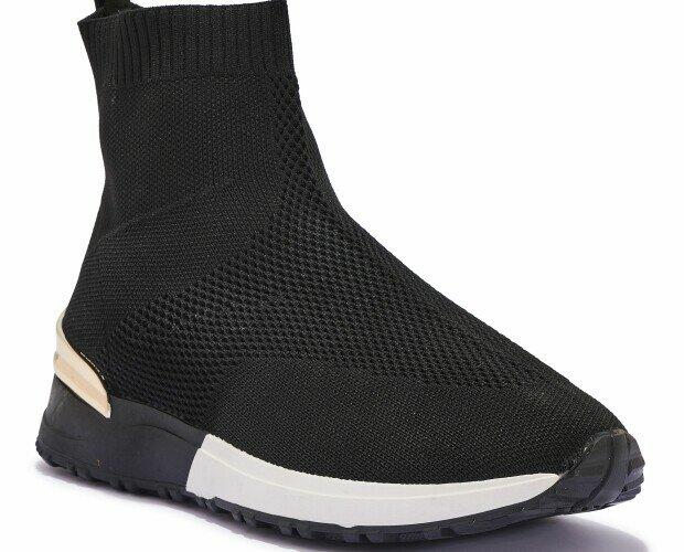 Zapatillas deportivas altas. Zapatillas deportivas altas en blanco, negro y dorado.