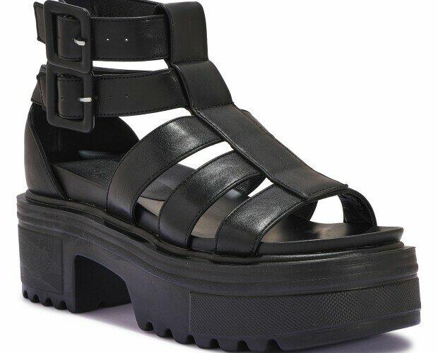 Sandalias de plataforma. Sandalias de plataforma de mujer. De piel y en negro.