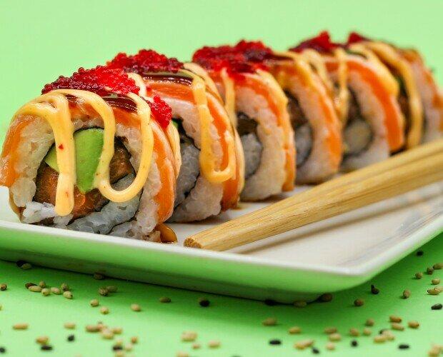 URAMAKI. Uramaki especial. Con aguacate, salmón, tobiko rojo y una deliciosa salsa fusion.