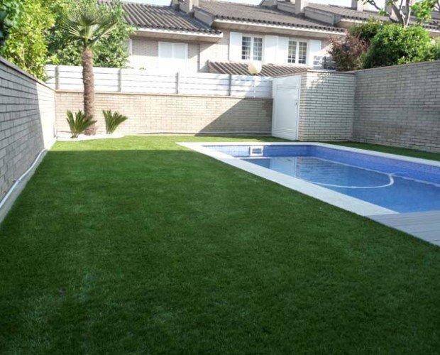 Equipamiento de Jardín. Césped Artificial. Se puede usar sobre tierra que drene adecuadamente, así como hormigón, terrazo o cualquier superficie lisa que tenga caída o drenaje