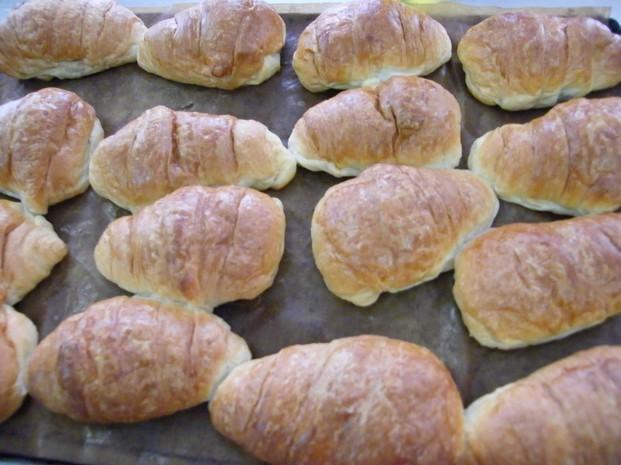 Croissants. Bollería dulce y bollería salada, brazos, cocas dulces