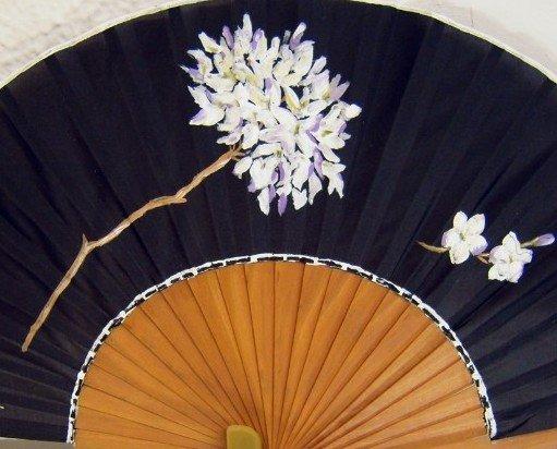 Biznaga malagueña. Abanico de seda natural pintado a mano, montado sobre varilla de falso peral pulido.