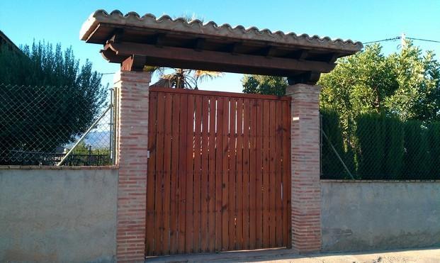 Puertas y marquesinas. Puerta y marquesina fabricada en mobila vieja