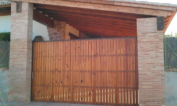 Puerta de garaje. Puerta corredera de garaje en mobila vieja