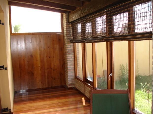 Solarium de madera. Ventanas abatibles y techo de madera de pino de Suecia y parquet de IP