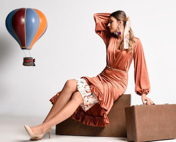VESTIDO AIRIS. Vestido con falda de capa asimétrica. Rematada con volante fruncido al hilo de la que sobre sale una falda ajustada en su interior. Curerpo decorado...