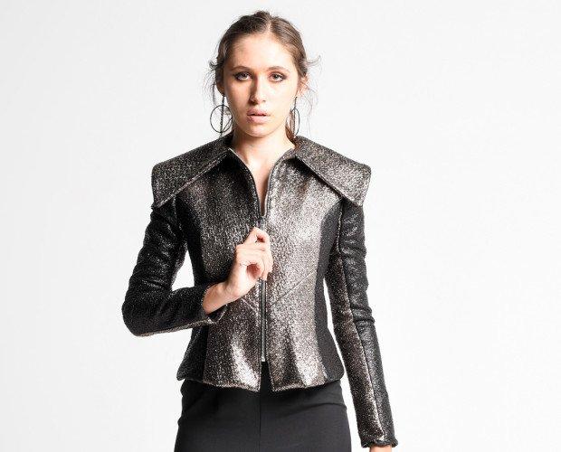 VOLATIN. Chaqueta ajustada con cuello oversize, realizada en tejido imitando piel de reptil, combinando negro y plata. PVP 165,00€