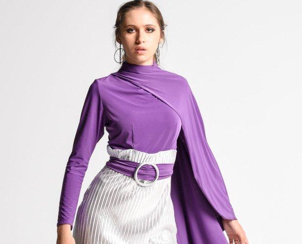 DANZA. Vestido ajustado con falda plisada metalizada, cuerpo y capa realizados en punto de seda y cinturón con hebilla. PVP 169,00€