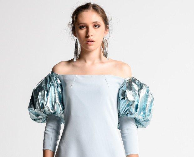 SWING. Vestido evasé palabra de honor, realizado en tejido bielástico. Con manga abullonada en tejido metalizado. Con puño en tejido bielástico. PVP 145,00€