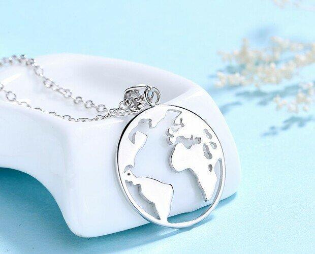 Colgante Bola del Mundo. Ha sido creado con plata de primera ley 925 y chapado en rodio.