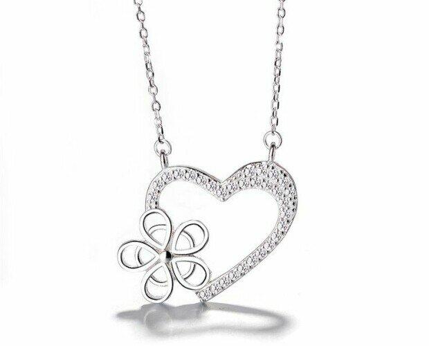 Collar Corazón con flor. Collar con forma de corazón y una flor anclada