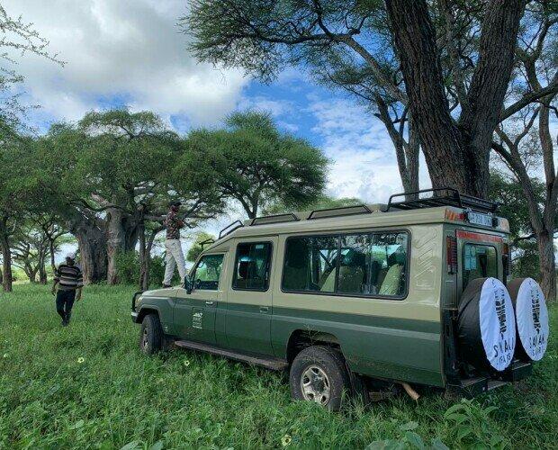 Land Cruiser vista lateral. Nuestros vehículos de safari tienen nevera de 35l, enchufes a 220V, techo desplegable