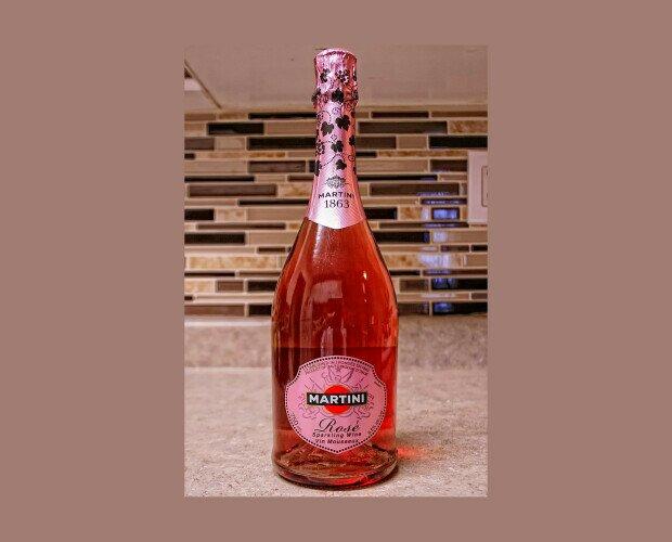 Martini Rosé Sparkling Wine. Con una acidez rica en bayas y un toque de ralladura de naranja.
