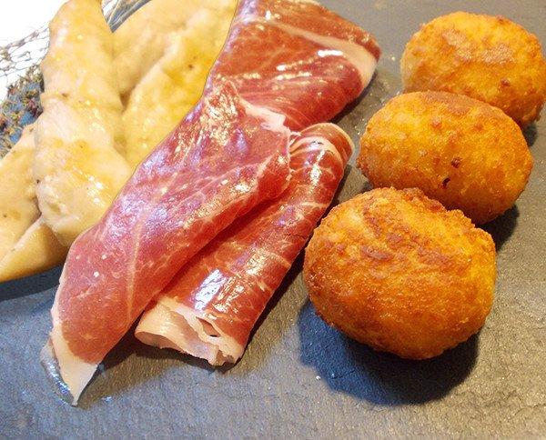 Croquetas de pechuga de pollo y jamón ibérico. Nuestras croquetas son 100% naturales y artesanales
