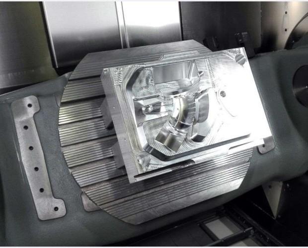 Moldes Mecánicos.Maquinaria 5 ejes trabaja en continuo para dar acabados de alta precisión