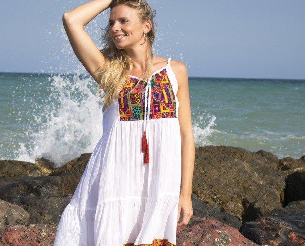 Vestido de Playa. Vestido blanco con pechera bordado y tirantes