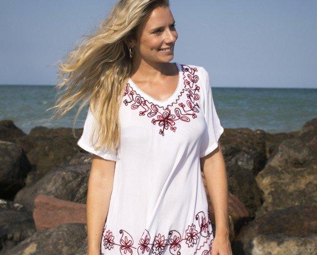 Blusa con Bordados. Blusa de bambula color blanca con bordados de sistintos colores