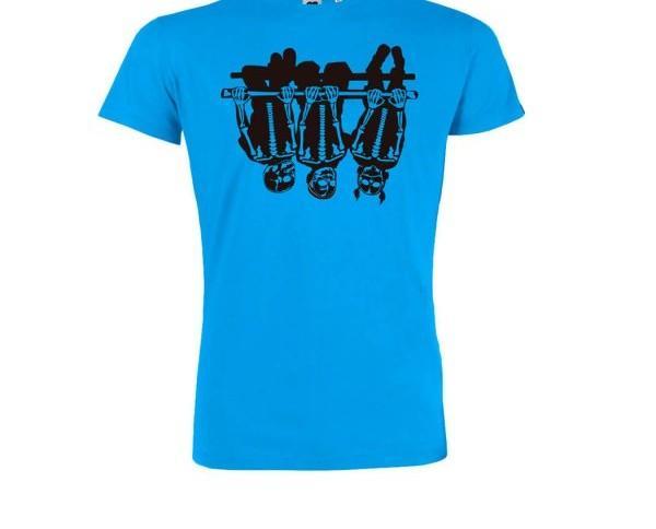 Camisa azul intensa. Su atrevido diseño, junto con su tacto ultrasuave, la hacen ideal para las largas jornadas veraniegas.