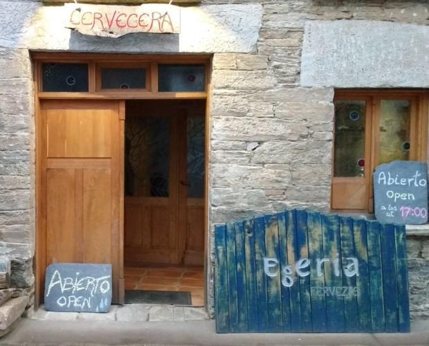 Egeria Cervezas. Nuestra fábrica está situada a orillas del Rio Valcarce, en una antigua casa de paredes de madera que guarda los encantos de las casas de la zona