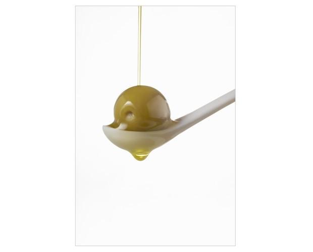 Aceite y aceituna. Fotografía de alimentación con atrezzo