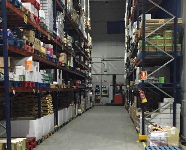 Almacenaje. Pasillo de almacenaje de productos de alimentación no perecedera.