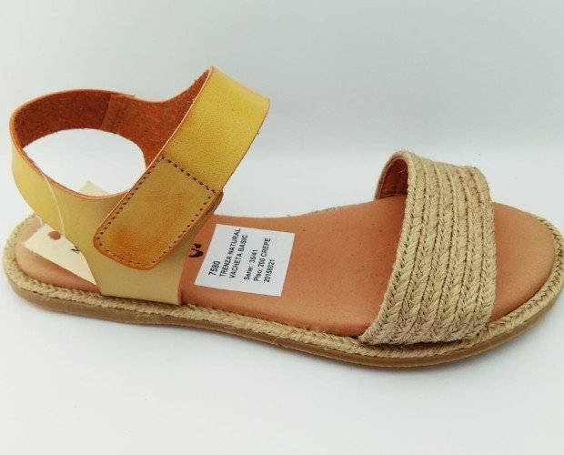 IMG-20190829-WA0002. Sandalia plana. Piso de crepe. Pala trenzada y talón con cierre velcro. Plantilla gel