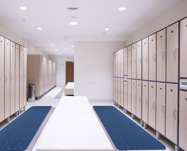 Taquillas vestuarios. Equipamos vestuarios:taquillas, alfombras y bancos
