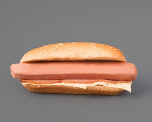 American hot dog. Perrito caliente con bacon, queso y pan especial