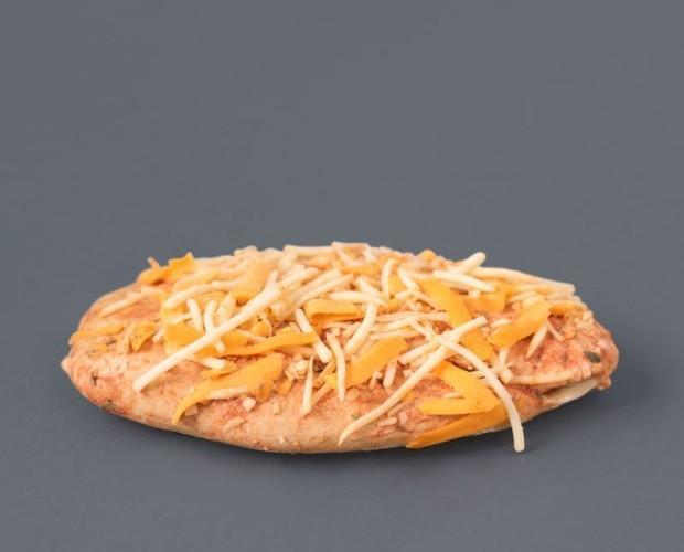Pizza cuatro quesos. Mini pizza 4 quesos. Crujiente pan de tosta y deliciosa mezcla de 3 quesos