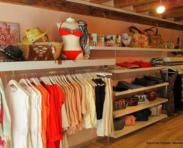 Muebles Expositores para Ropa.Boutique de moda y complementos para la mujer. Combinación de madera y acero inox esmerilado.