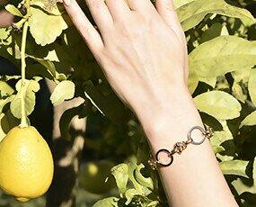 Pulsera bañada en oro con aros. Anna Milan lanza su línea exclusiva de pulseras para mujer bañadas en oro.