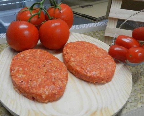 Hamburguesa de Tomate. Hamburguesa es de carne de lomo de cerdo especiada con tomate.