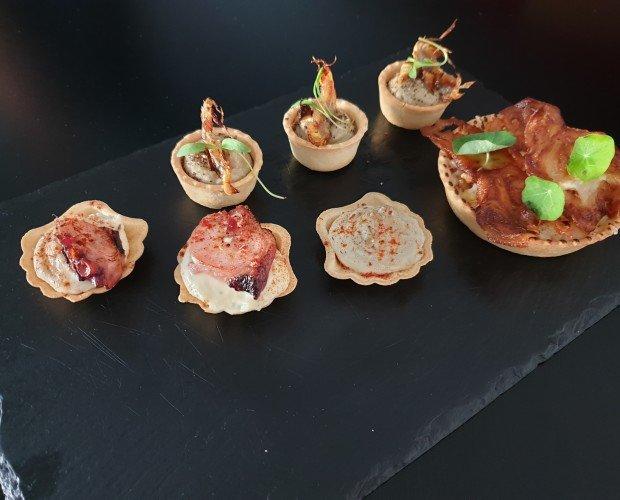 Mini tartaletas y mini vieiras. Rellenas de crema de alcachofa, pulpo... deliciosas , y esistentes.