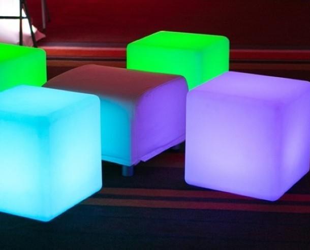 Cubos Iluminados para Hostelería.Mesa o puff con luz en forma de cubo. Multifunción.