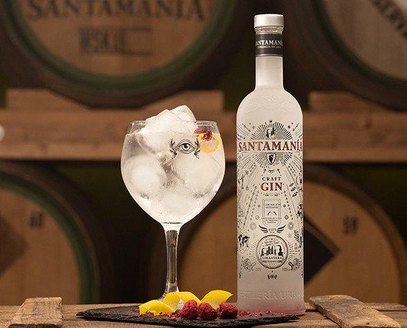 Santamania Craft Gin. CRAFT Gin se elabora con alcohol puro de uva y los botánicos más selectos.