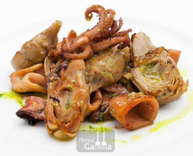 calamares con alcachofas. quinta gama de alta calidad para restaurantes, listo para calentar y servir