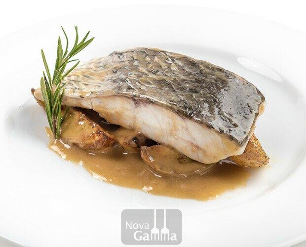 corvina a la donostiarra. pescado jugoso, al punto de cocción, con salsa donostiarra y patatas, quinta gama